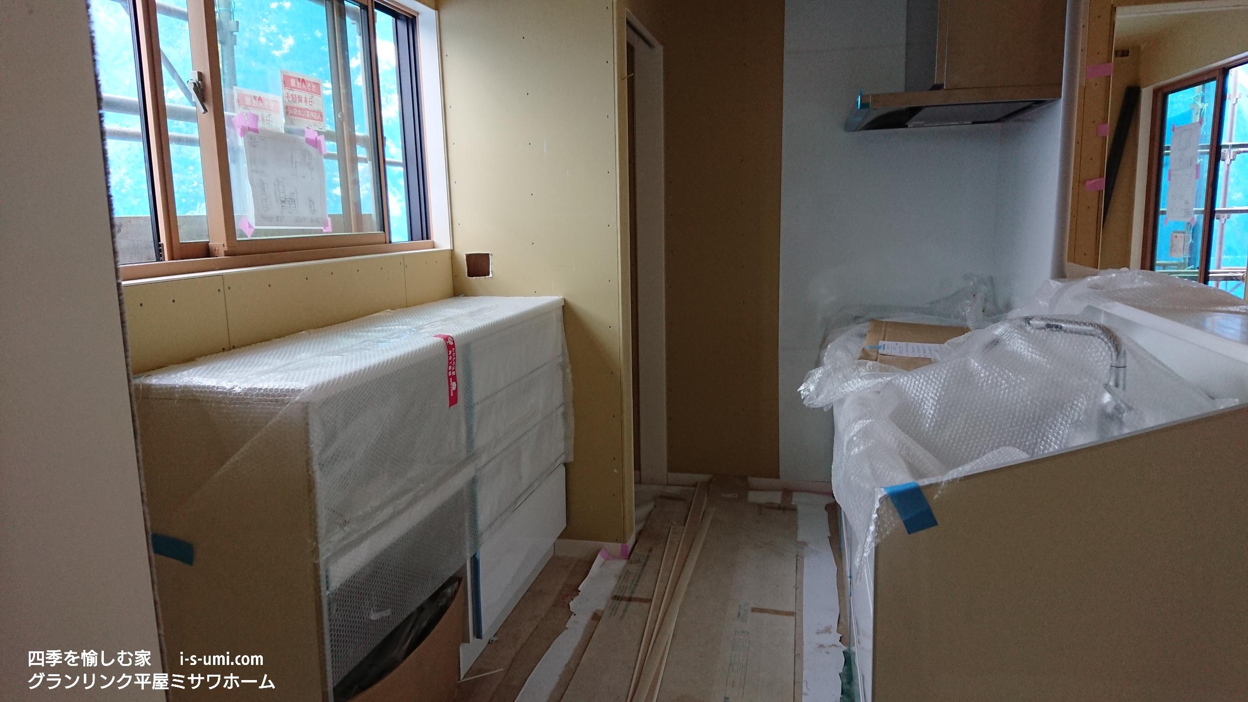 建築現場 厨房キッチン搬入 軒天 玄関収納 ミサワホーム 四季を